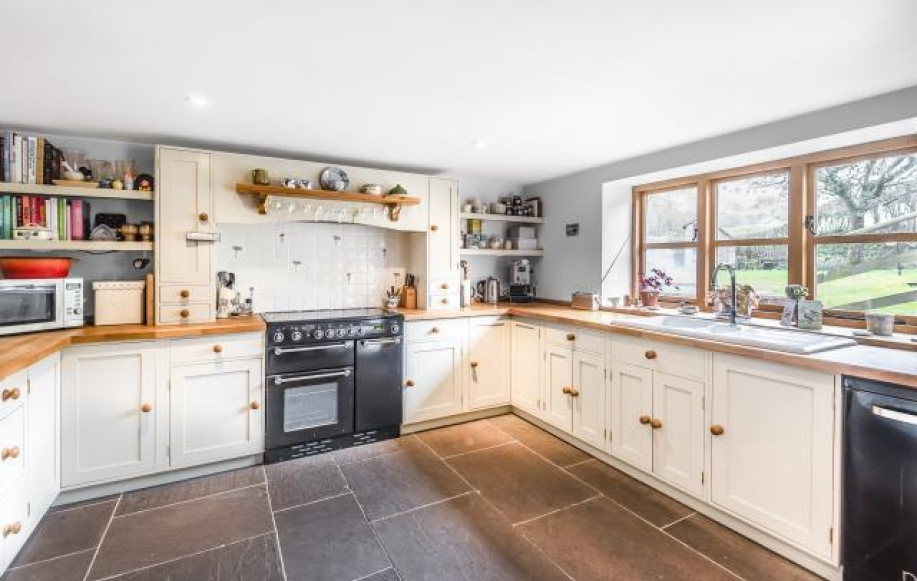 Extensively fiited kitchen area