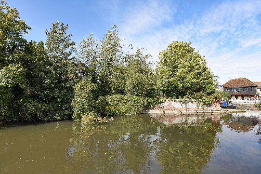 Kennet & Avon Canal running through Hungerford